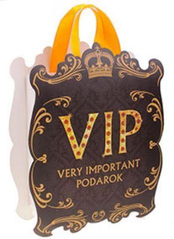Пакет - открытка VIP с тиснениемСумочки<br>Если вы хотите порадовать себя или близких, создать праздничное настроение и с улыбкой провести памятный день, то вы, несомненно, сделали правильный выбор! Товар Пакет - открытка VIP с тиснением отличается не только оригинальным дизайном, но и высоким к...<br><br>Год: 2017<br>Высота: 207<br>Ширина: 157