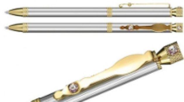Ручка подарочная со стразамиРучки<br>Ручка шариковая, металлическая, корпус металлик, поворотный механизм, со стразами.Цвет: синий.Этот товар можно преподнести в качестве подарка к празднику.<br><br>Год: 2016<br>Высота: 145<br>Ширина: 8<br>Толщина: 8