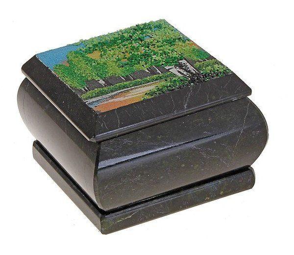 Шкатулка с рисунком на крышкеШкатулки, копилки, статуэтки<br>Змеевик или серпентин похож на змеиную кожу, а его цвет варьируется от тёмно-зелёного до жёлто-зелёного. В рисунке камня есть полосы, вкрапления и пятна. Материал податлив, мягок и удобен для обработки, поэтому он очень популярен в изготовлении шкатулок, ...<br><br>Год: 2017<br>Высота: 85<br>Ширина: 80<br>Толщина: 80