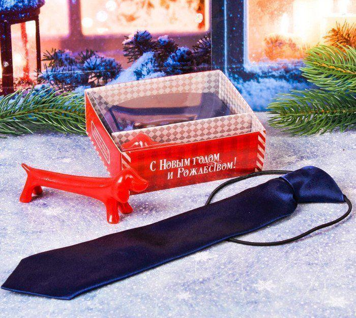 Подарочный набор Маленькому герою в Новый год, детский галстук и ручка-собакаАксессуары и сувениры<br>В наборе галстук длиной 27 см, на резинке и оригинальная шариковая ручка в виде собачки.Материал: полиэстер, картон, пластик.<br><br>Год: 2017<br>Высота: 120<br>Ширина: 100<br>Толщина: 40