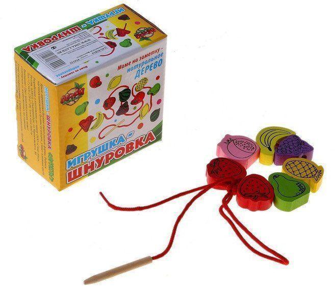Игрушка-шнуровка Фрукты, 24 деталиИгры и игрушки<br>Шнуровка представляет собой развивающую игрушку, суть которой в том, чтобы нанизывать детали на верёвочку.Помогите крохе собрать бусы или оригинальное украшение для детской. Вместе изучите цвета и освойте азы счёта с помощью красочных деталей. Расскажите ...<br><br>Год: 2018<br>Высота: 95<br>Ширина: 95<br>Толщина: 50